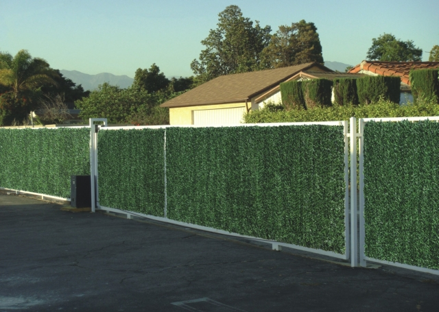 Jehličnaté umělé živé ploty v rolích